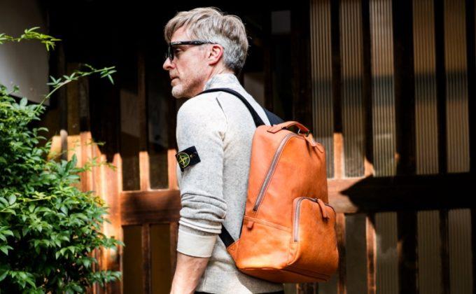 オフロードバッグを背中にしょっている男性