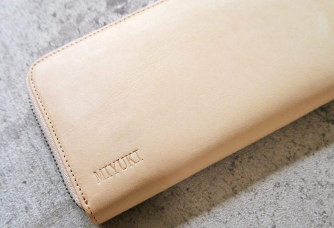 名前を刻印しているハレルヤの財布