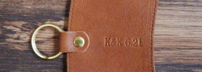 数字を入れた革製品