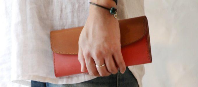 格好良いピンクの財布を持つ人