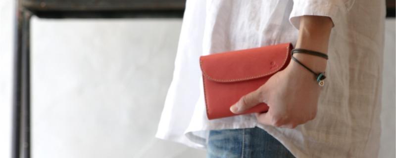 メンズ財布を持つ女性