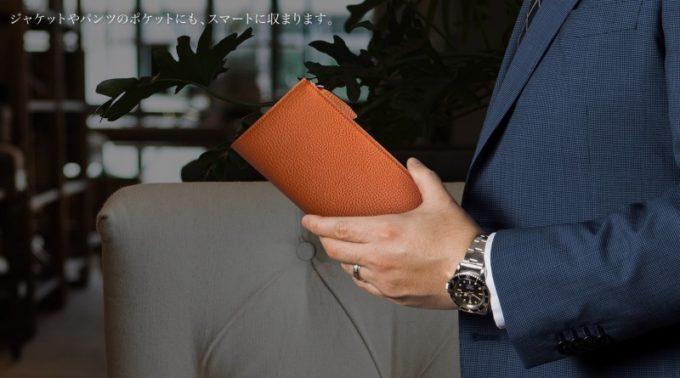 READY OR ORDER・シュランケンカーフL字ジップ長財布を持つ男性
