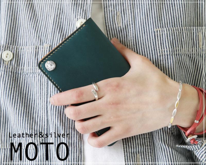 女性が手に持つMOTO(モト)の革財布
