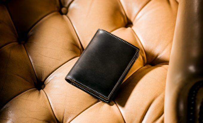 ソファの上に置いてあるシェルコードバン・オベロン(ブラックカラー)