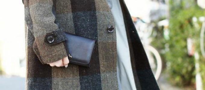 sotの長財布を持つ女性