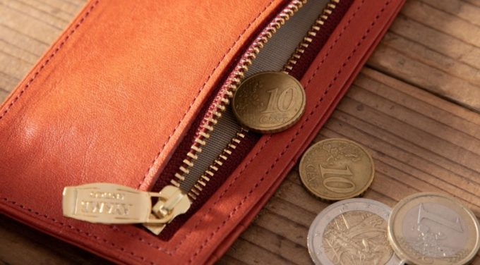 温かみがある暖色系のオレンジ色革財布