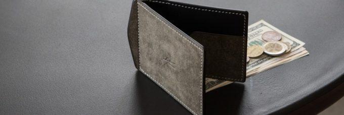 灰色のコンパクト財布