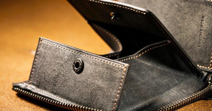 グレイカラーのカルドミラージュ二つ折り財布小銭入れ部