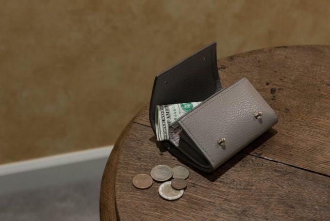 MASAMI TANAKA(マサミタナカ)・Adria Leather(アドリアレザー)のサンドグレイカラーのミニ財布