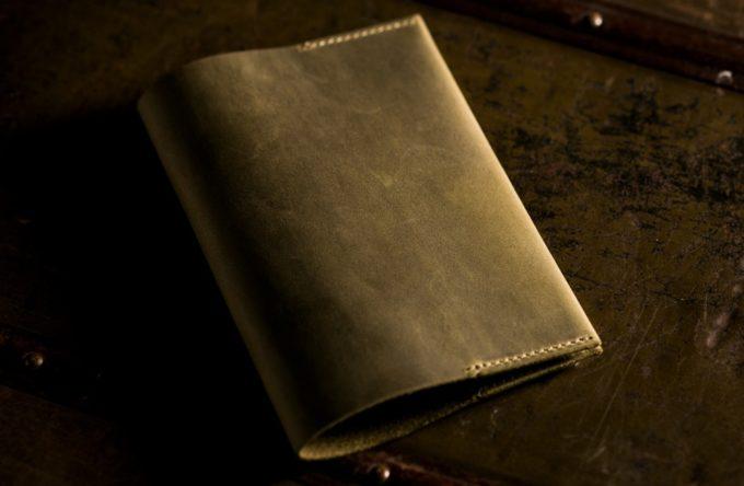 エイジングが素晴らしい革のブックカバー