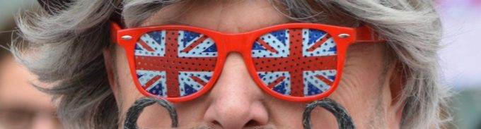 イギリス国旗柄のメガネをするイギリス人
