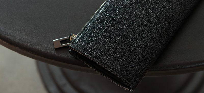 こだわり抜いた黒色の染色を施した財布