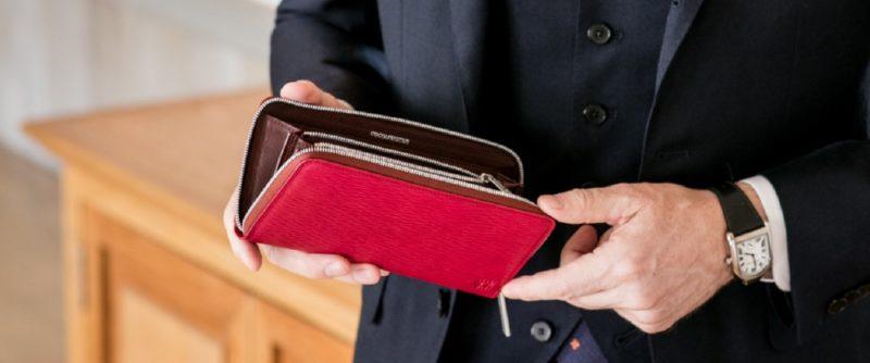 ギャラクシーシリーズの財布を持つ男性
