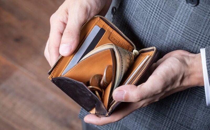 クラフストのミニ財布を使う男性