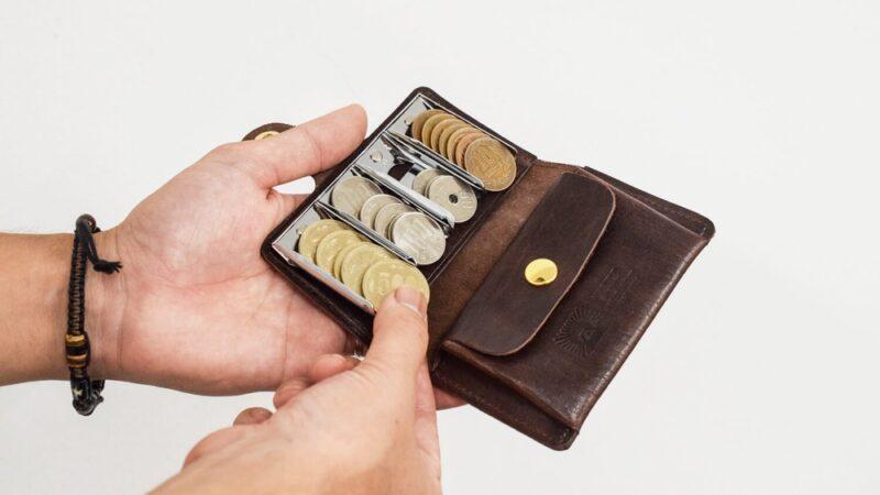 コインキャッチャー(ホルダー)から小銭を取る場面