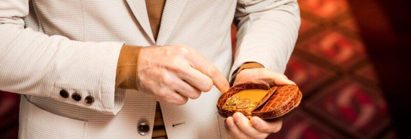 下蓋の皿で小銭が取りやすい馬蹄型コインケース