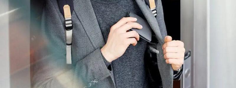 オススメの薄い二つ折り財布を持つ男性